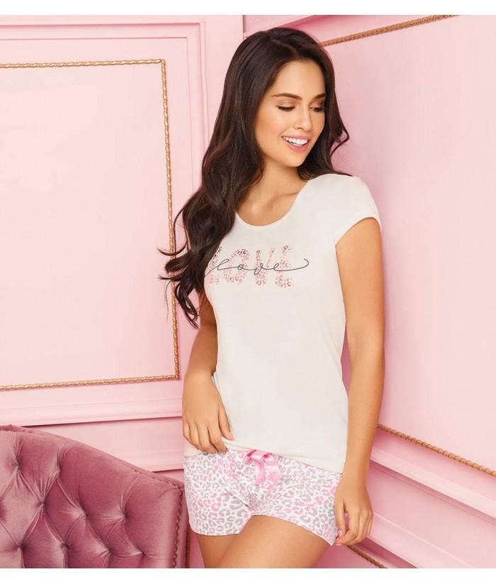 Pijama-blusa-manga-corta-estampada-shrot-fajon-alto-estilizar-figura-leorpardo-rosa-rosado-arrodillada-mujer-sensual