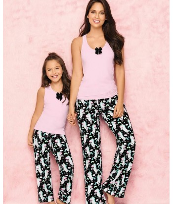 Pijama-pantalón-largo-estampado-comodo-blusa-sexy-detalle-escote-rosado-negro-unicornio-niña-sentada